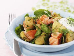 Kartoffel-Spinat-Salat mit Lachs, Dill und Sauerrahm Rezept