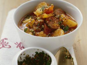 Kartoffel-Würstchen-Eintopf mit Gremolata Rezept