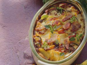 Kartoffelgratin mit Paprika, Zucchini und Speck Rezept