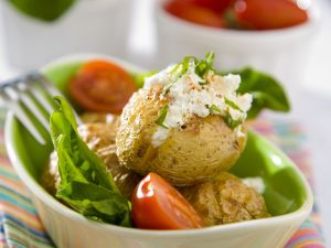 Kartoffeln mit Salat und Quark Rezept