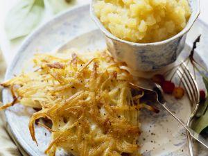 Kartoffelpuffer mit Apfelmus auf jüdische Art Rezept