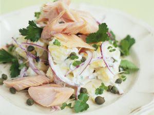 Kartoffelsalat mit Räucherfisch und Kapern Rezept