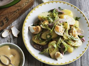Kartoffelsalat mit Räucherschinken, Eiern und Senfvinaigrette Rezept