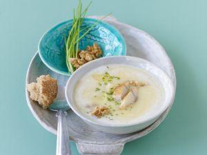 Kartoffelsuppe mit geräucherter Makrele und Walnusskernen Rezept