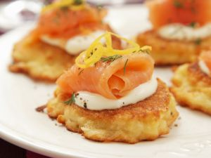 Kartoffeltörtchen mit saurer Sahne und geräuchertem Lachs Rezept