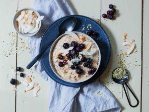 Keto-Kokos-Porridge mit Heidelbeeren Rezept