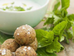 Kichererbsenbällchen mit Joghurtsoße Rezept