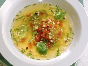 Klare Gemüsesuppe mit Aubergine und Zucchini Rezept