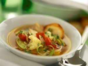Klare Gemüsesuppe mit Blumenkohl, Tomaten, Lauch und Champignons Rezept