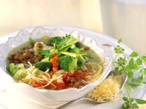 Klare Suppe mit Gemüse, Linsen und Nudeln Rezept