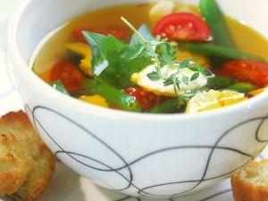 Klare Suppe mit Gemüse und Aioli Rezept