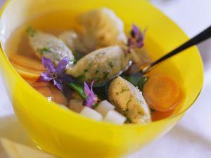 Klare Suppe mit Gemüse und Grießklößchen Rezept