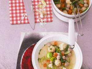 Klare Suppe mit Gemüse und zweierlei Klößchen Rezept