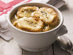 Klassische Zwiebelsuppe mit Käsebrot Rezept