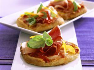 Kleine Käse-Pizzen mit Schinken Rezept