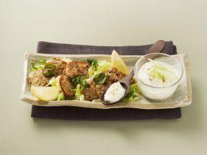 Kleine Kalbsschnitzel mit Gurken-Dip Rezept
