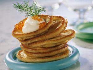 Kleine Pfannkuchen (Blinis) mit Kaviar Rezept
