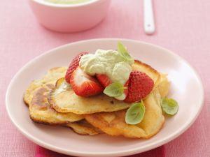 Kleine Pfannkuchen mit Basilikumcreme und Erdbeeren Rezept