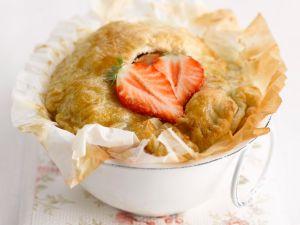 Kleine Pies mit Erdbeeren, Äpfeln und Blätterteig Rezept
