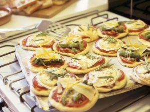 Kleine Pizzen mit Ziegenkäse und Spargel Rezept