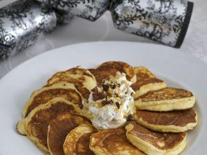 Kleine Ricotta-Pfannkuchen mit Honigjoghurt und Beeren Rezept