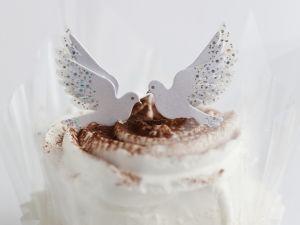 Kleine Sahnekuchen mit Tauben verziert Rezept