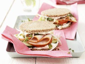 Kleine Sandwichs mit Pute und Gurke Rezept