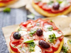 Kleine Tomaten-Pizzen Rezept