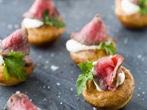 Kleine Yorkshire-Puddings mit Roastbeef und Meerrettichcreme Rezept
