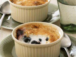 Kleiner Joghurt-Blaubeer-Auflauf mit Karamell-Kruste Rezept