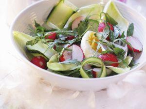 Knackiger Salat mit Ei und Radieschen Rezept