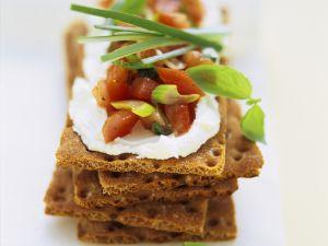Knäcke mit Frischkäse und Tomaten Rezept