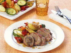 Knoblauch-Lamm in Speckhülle mit gebackenem Gemüse Rezept