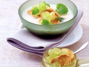 Knoblauch-Mandel-Gazpacho mit Trauben Rezept