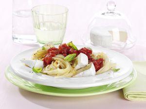 Knoblauch-Spaghetti mit Tomatensauce und Camembert Rezept