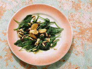Knoblauch-SPinat mit Pinienkernen Rezept