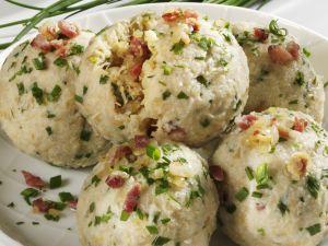 Knödel mit Sauerkraut-Speck-Füllung Rezept