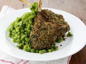 Knusprige Lammkoteletts mit Kräutern und frischem Erbsengemüse Rezept