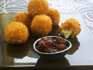 Knusprige Risotto-Mozzarella-Bällchen mit Cranberry-Dip Rezept