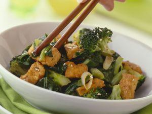 Knuspriger Tofu mit Brokkoligemüse Rezept