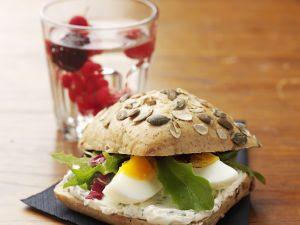Körnerbrötchen mit Ei und Quark Rezept