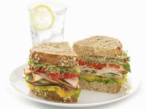 Körnerbrot-Sandwich mit Putenaufschnitt Rezept