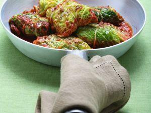 Kohl-Päckchen mit Tomatensauce Rezept