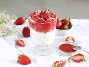Kokos Overnight Oats mit Erdbeer-Sauce