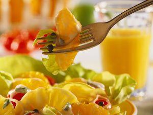 Kopfsalat mit Früchten und Joghurtdressing Rezept