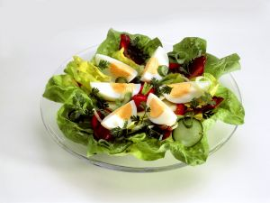 Kopfsalat mit Gemüse und Ei Rezept