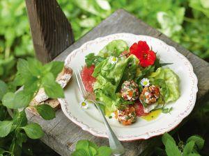 Kopfsalat mit Kräutern und Käsebällchen Rezept