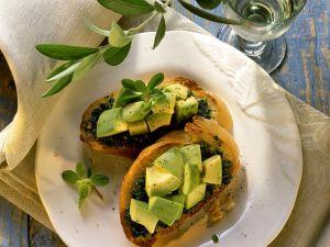 Kräuter-Crostini mit Avocado Rezept