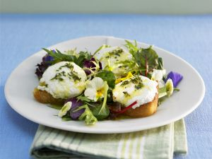 Kräutersalat mit Röstbrot und Ziegenkäse Rezept