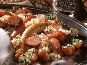 Krautplatte mit Würsten und Kartoffeln Rezept